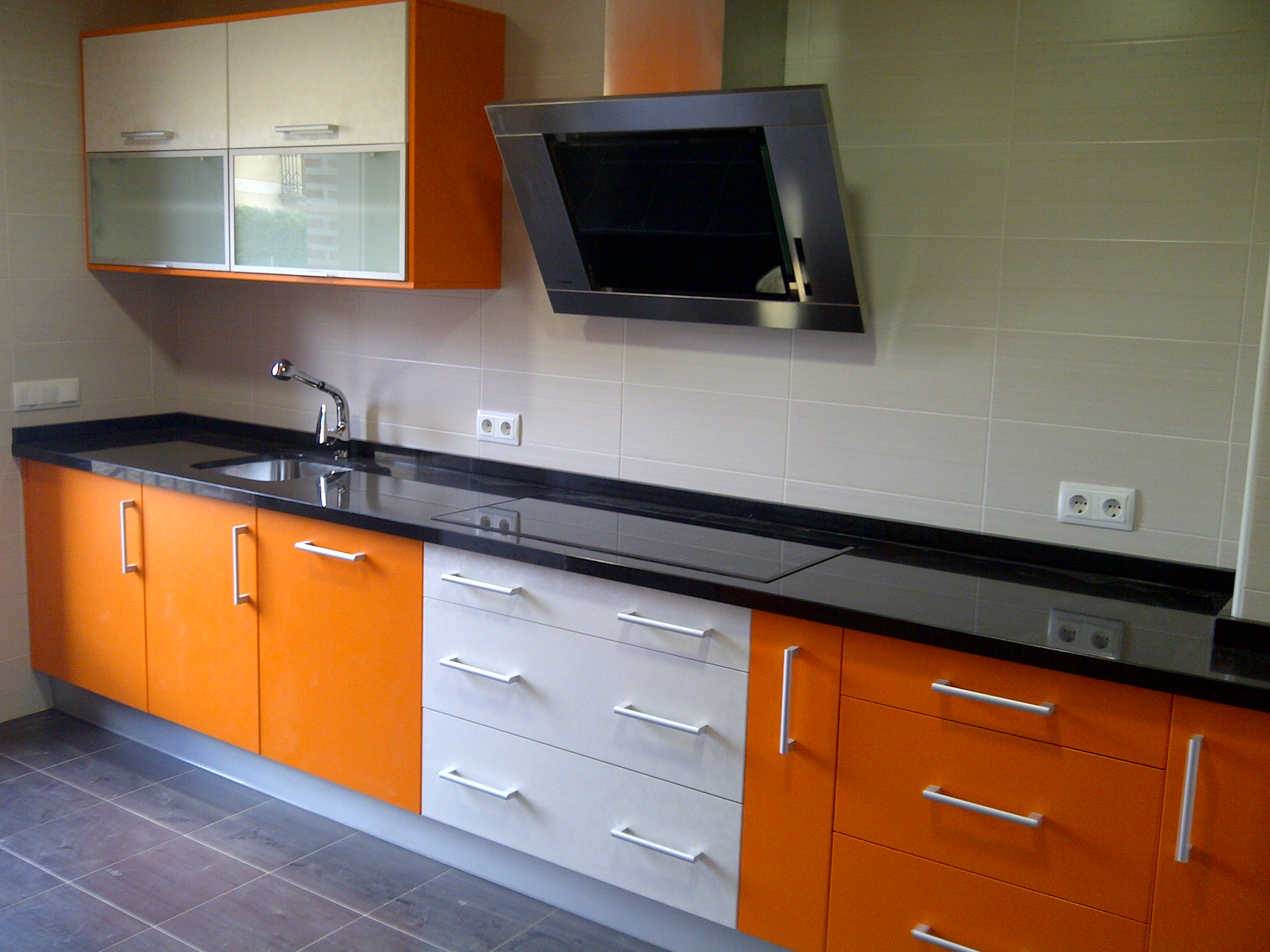 Gamacocinas galeria - Cocinas naranjas y blancas ...